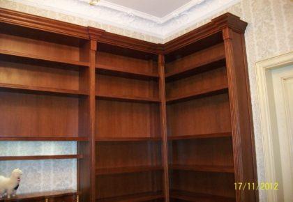 Шкаф-библиотека в классическом стиле