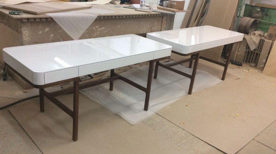 Лакированные столы с ящиками