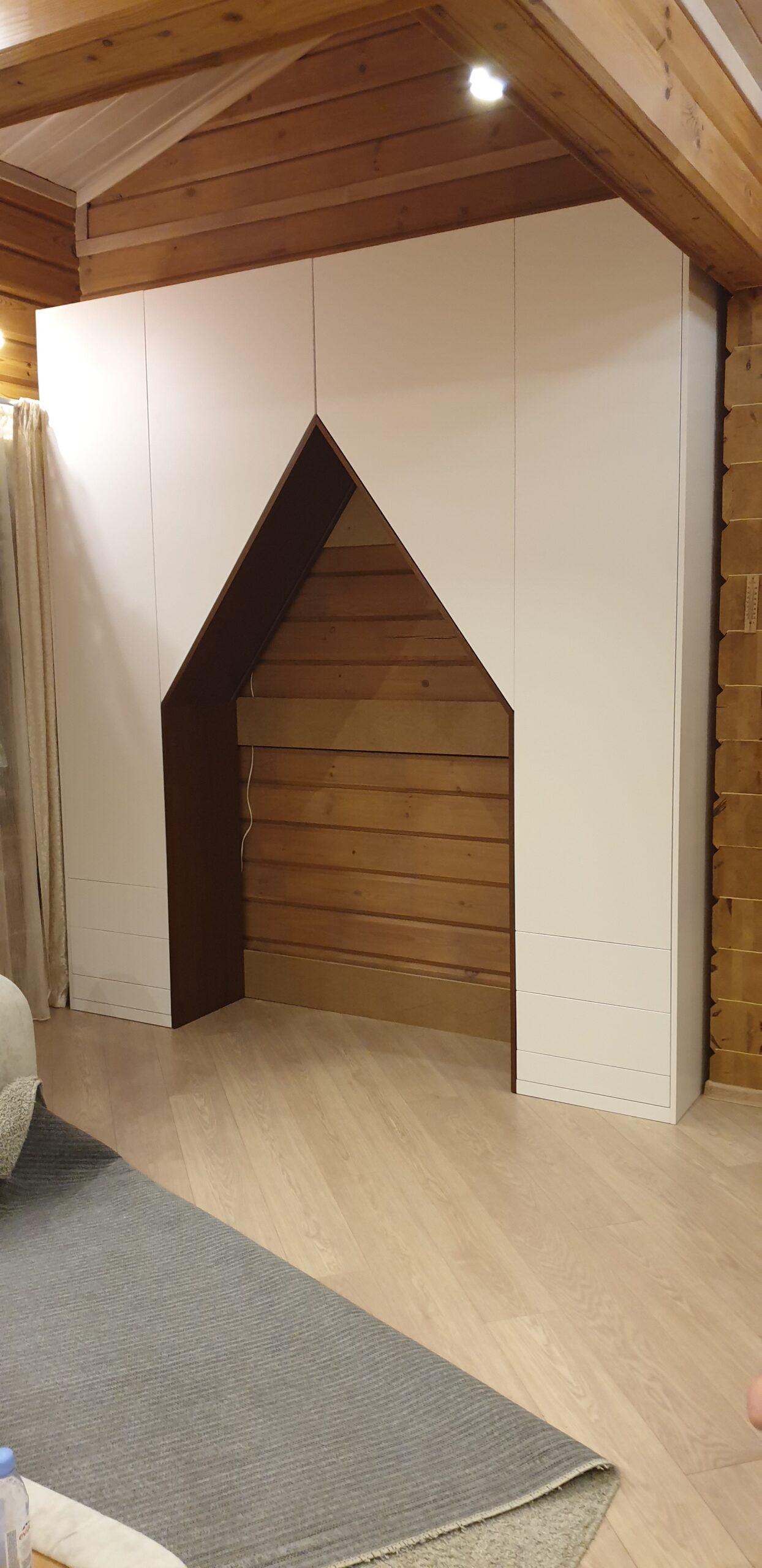 Шкаф с распашными дверями и ящиками