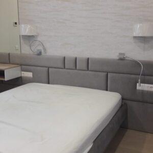 Кровать с встроенными розетками и мягким изголовьем серая