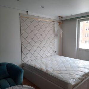 Кровать с высоким мягким изголовьем кремовая