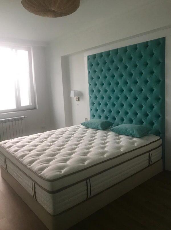 Кровать с высоким мягким изголовьем изумрудная
