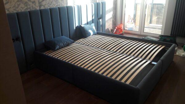Кровать с встроенными розетками и мягким изголовьем синяя