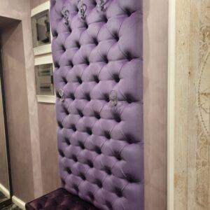 Прихожая с мягкой стеновой панелью лиловая